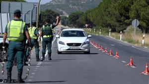 Efectivos de la Guardia Civil en un control de acceso a localidad vallisoletana de Pedrajas de San Esteban.