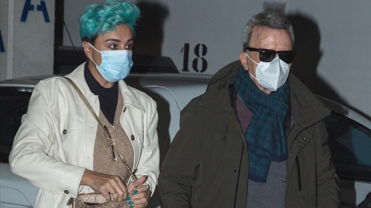 José Ortega Cano acude al hospital con Ana María Aldón, que luce un llamativo pelo de color verde, para hacerse unas pruebas médicas.