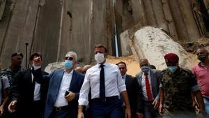 El presidente francés, Emmanuel Macron, durante su visita a la 'zona cero' de la explosión el jueves.