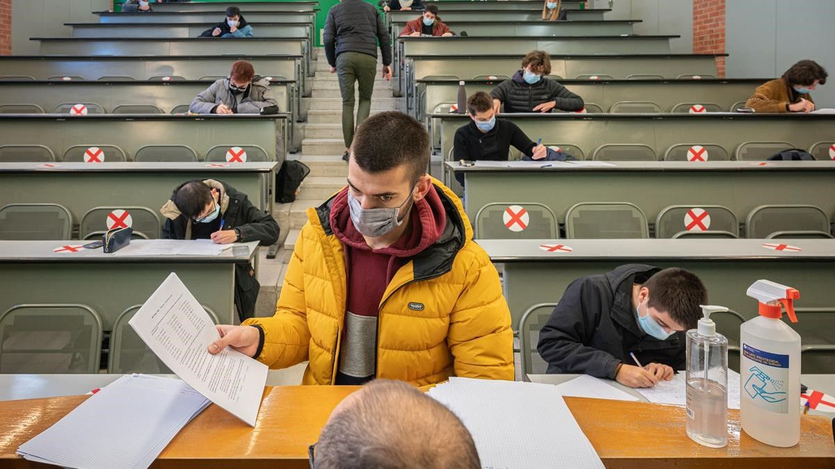 Un alumno entrega su examen en un aula de la Universitat Politècnica de Catalunya (UPC).