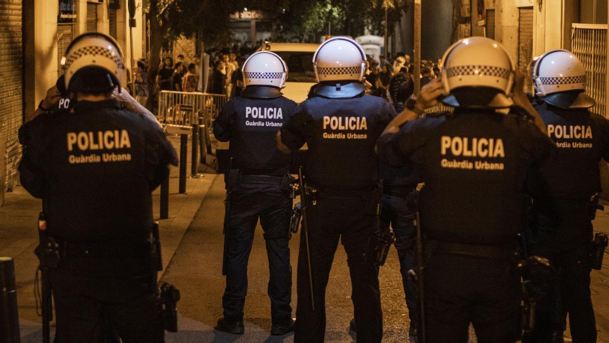 Este jueves la Guardia Urbana de Barcelona y los Mossos d'Esquadra han tenido que intervenir para dispersar las ruidosas aglomeraciones registradas tras el toque de queda.