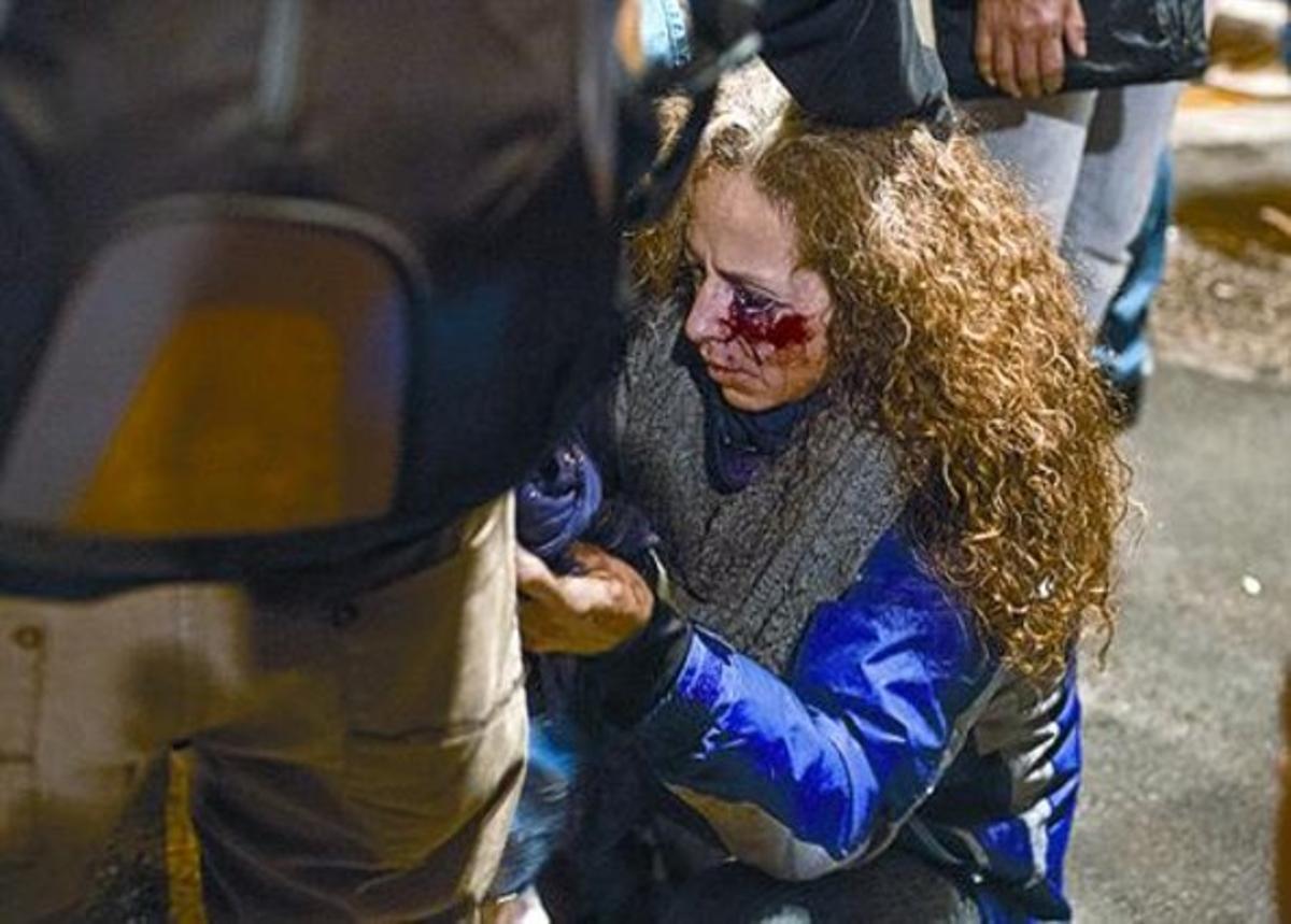 Ester Quintana, durante esta entrevista, el lunes en Barcelona. Abajo, la mujer tras recibir el impacto en el ojo, el 14-N.