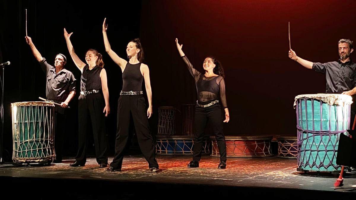 Los cinco miembros del equipo artístico de 'Entre peus i mans'.