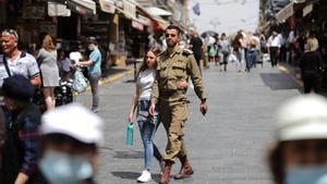 Calles de Jerusalén, sin apenas mascarillas, este domingo.