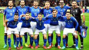 Una Italia para la (negra) historia: Parolo, Chiellini, Barzagli, Immobile, Bonucci y Buffon (de pie); Candreva, Darmian, Florenzi, Gabbiadini y Jorginho.