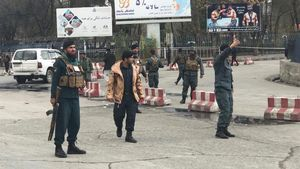 Policías afganos vigilan la zona después de la explosión en Kabul