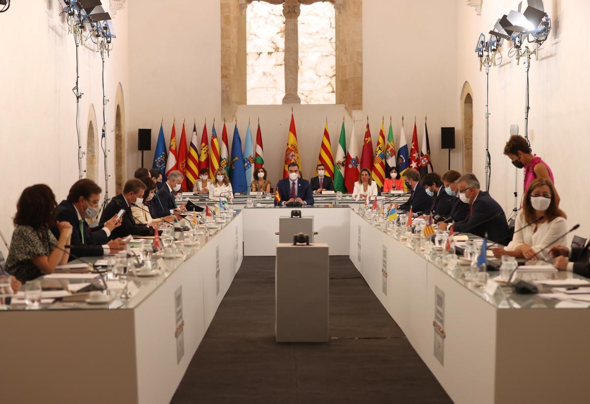 El presidente del Gobierno, Pedro Sánchez, preside el plenario de la XXIV Conferencia de Presidentes, reunida este 30 de julio en el convento de San Esteban de Salamanca.