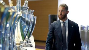 Ramos pasa por delante de las 4 Champions que ha ganado con el Madrid.