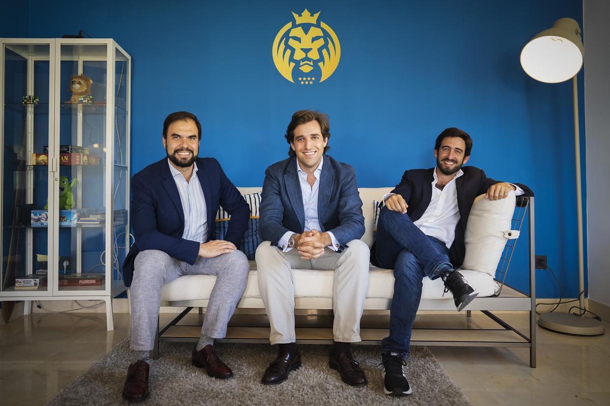 De izquierda a derecha: Pedro Belaunzarán, director de Patrocinios, Jorge Schnura, cofundador y presidente de MAD Lions y vicepresidente de OverActive, y Ricardo Gómez-Acebo, director financiero.