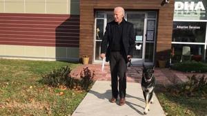 Biden es trenca un peu jugant amb el seu gos
