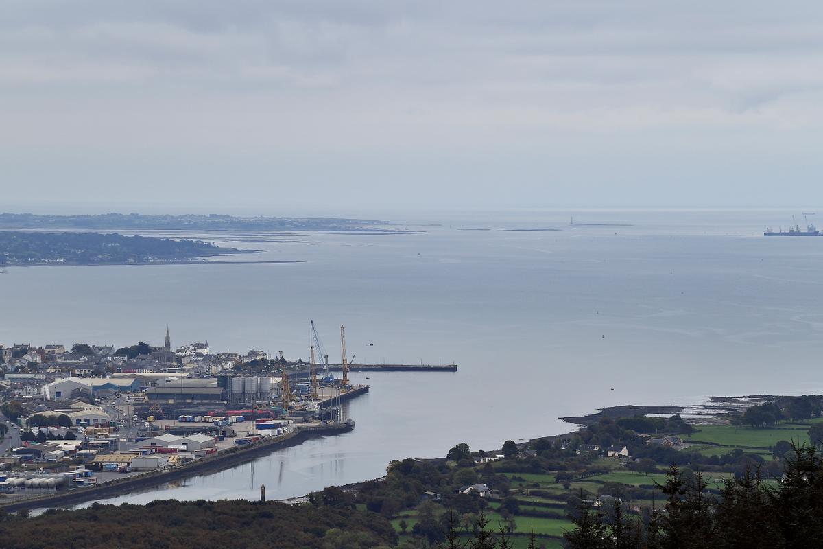 La ensenada de Carlingford marca la frontera entre Irlanda del Norte(izquierda) y la República de Irlanda (derecha).