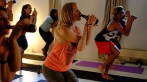 Las clases de yoga cervecero nacieron en Alemania, pero ya han llegado a Australia y Tailandia.