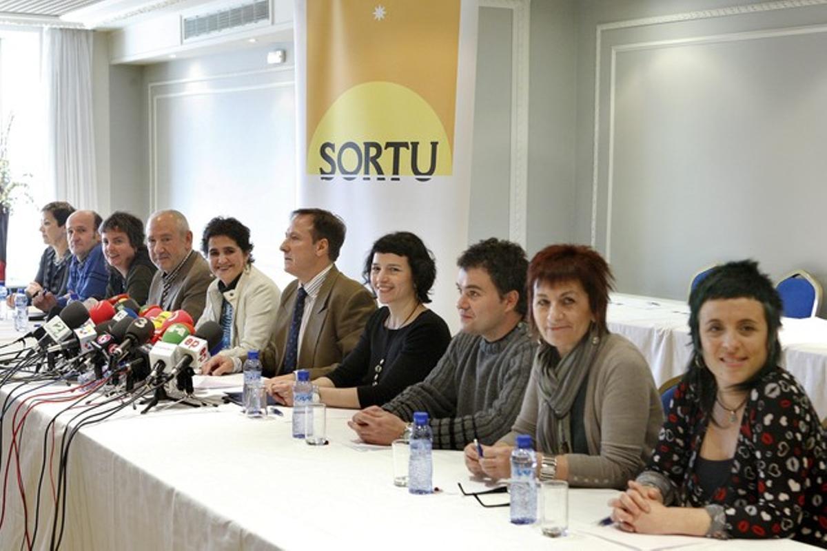 Los promotores del nuevo partido de la izquierda aberzale, Sortu, durante la rueda de prensa de presentación, este martes en Bilbao.