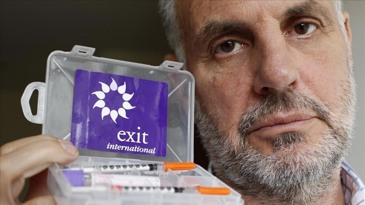 El doctor Philip Nitschke, activista proeutanasia, posa con su 'kit para el suicidio' en Londres, el 7 de mayo del 2009.