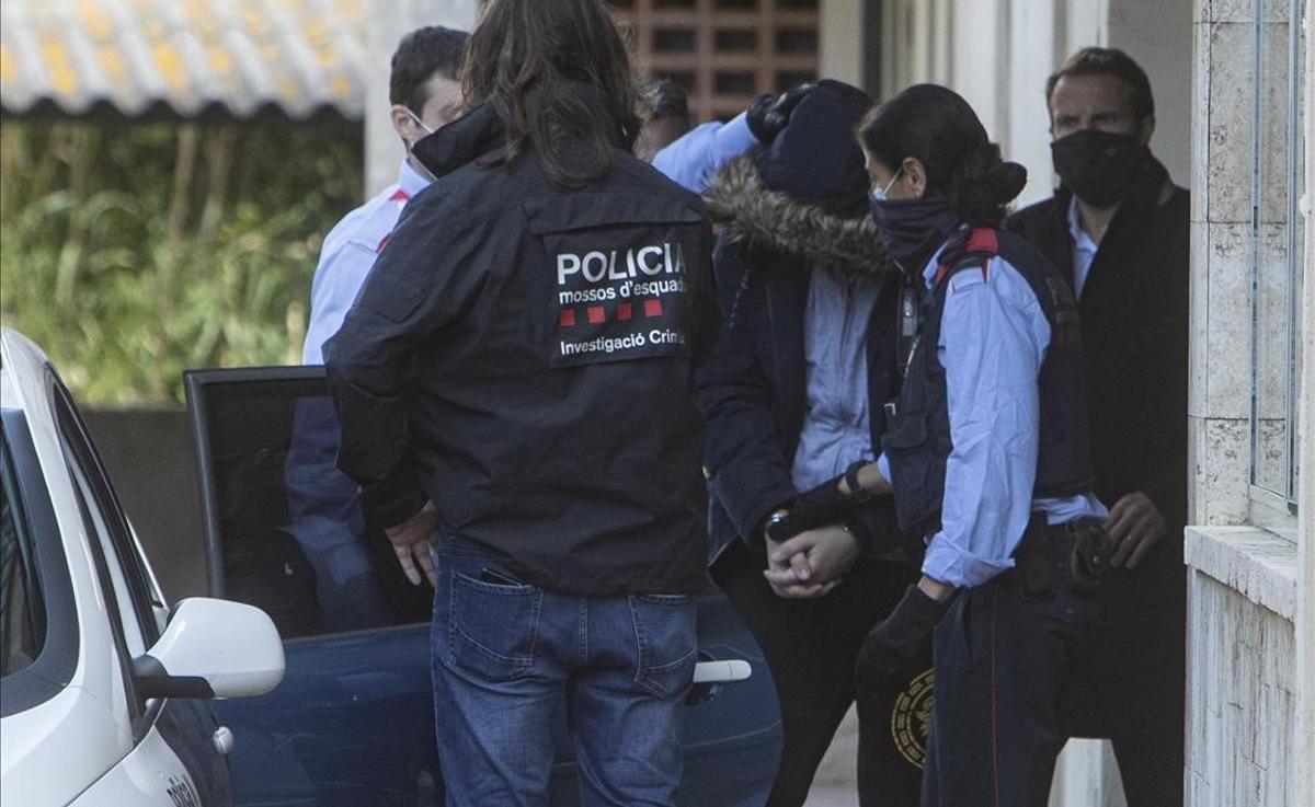 Operación policial en Girona contra una trama de falsificación de carnets de conducir. En la imagen, uno de los detenidos por los agentes.