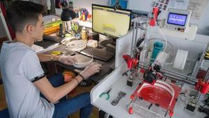 Jaime, estudiante de 18 años, imprime en casa armazones para el personal sanitario en Zaragoza.