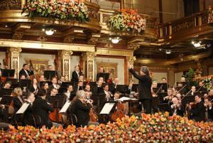 Muti dirige a la Filarmónica de Viena, en el Concierto de Año Nuevo.
