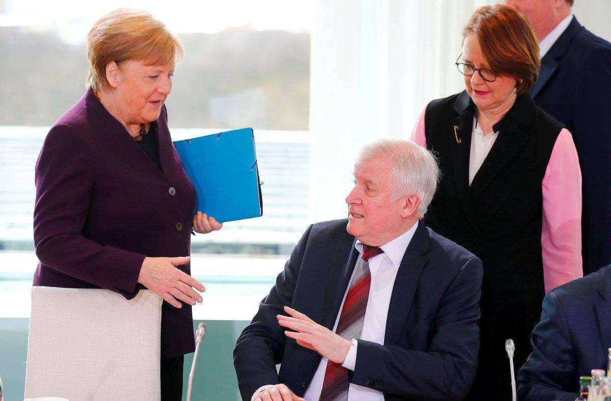 El ministro Horst Seehofer, en el instante en que rechaza estrechar la mano a Angela Merkel, este lunes en Berlín.
