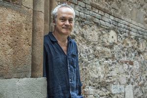 Anthony Garner, el viernes pasado en Gràcia, antes de presentar a los lectores de EL PERIÓDICO su libro 'Matamundos'.