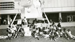 Concentración frente a la sede de la NASA unos días antes del despegue del Apollo 11