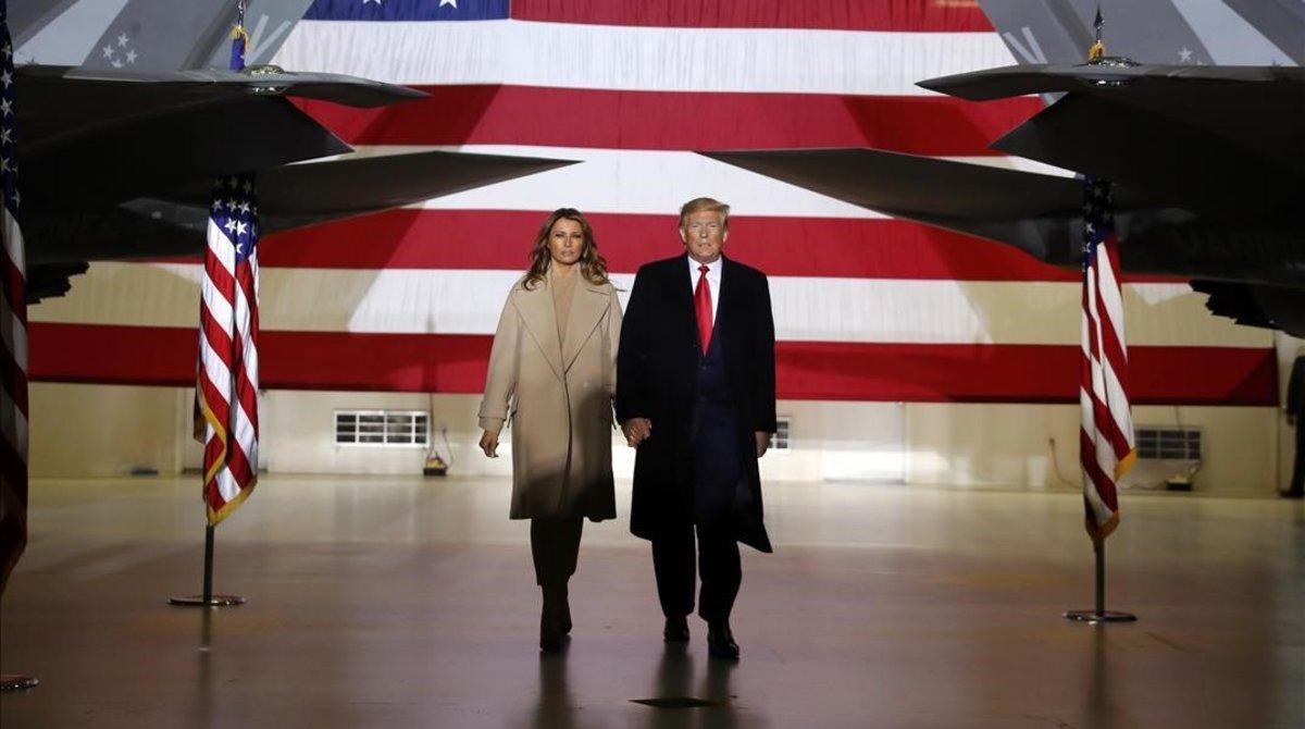 Donald Trump y su esposa Melania en la base aére de Andrews.