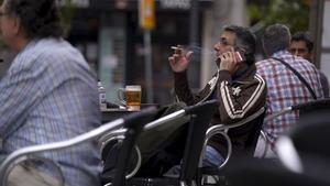 Un hombre fumando en una terraza, en Madrid.