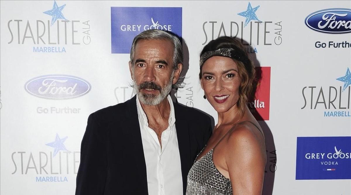 Imanol Arias posa junto a Irene Meritxell en Marbella, en agosto del 2015.