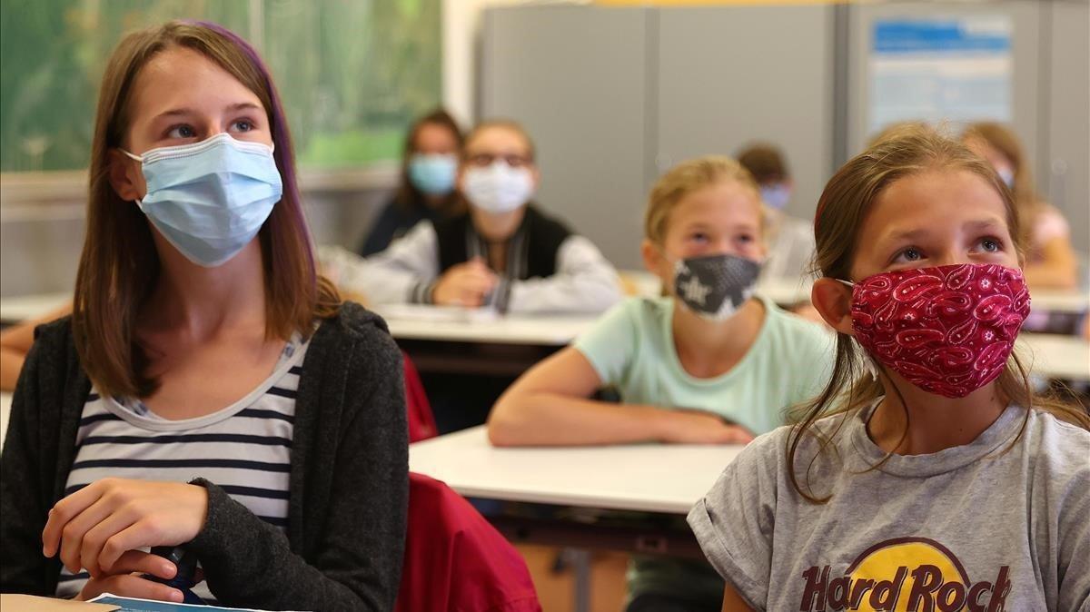 Alumnas con mascarilla en un aula de Hanau, Alemania, el 17 de agosto.