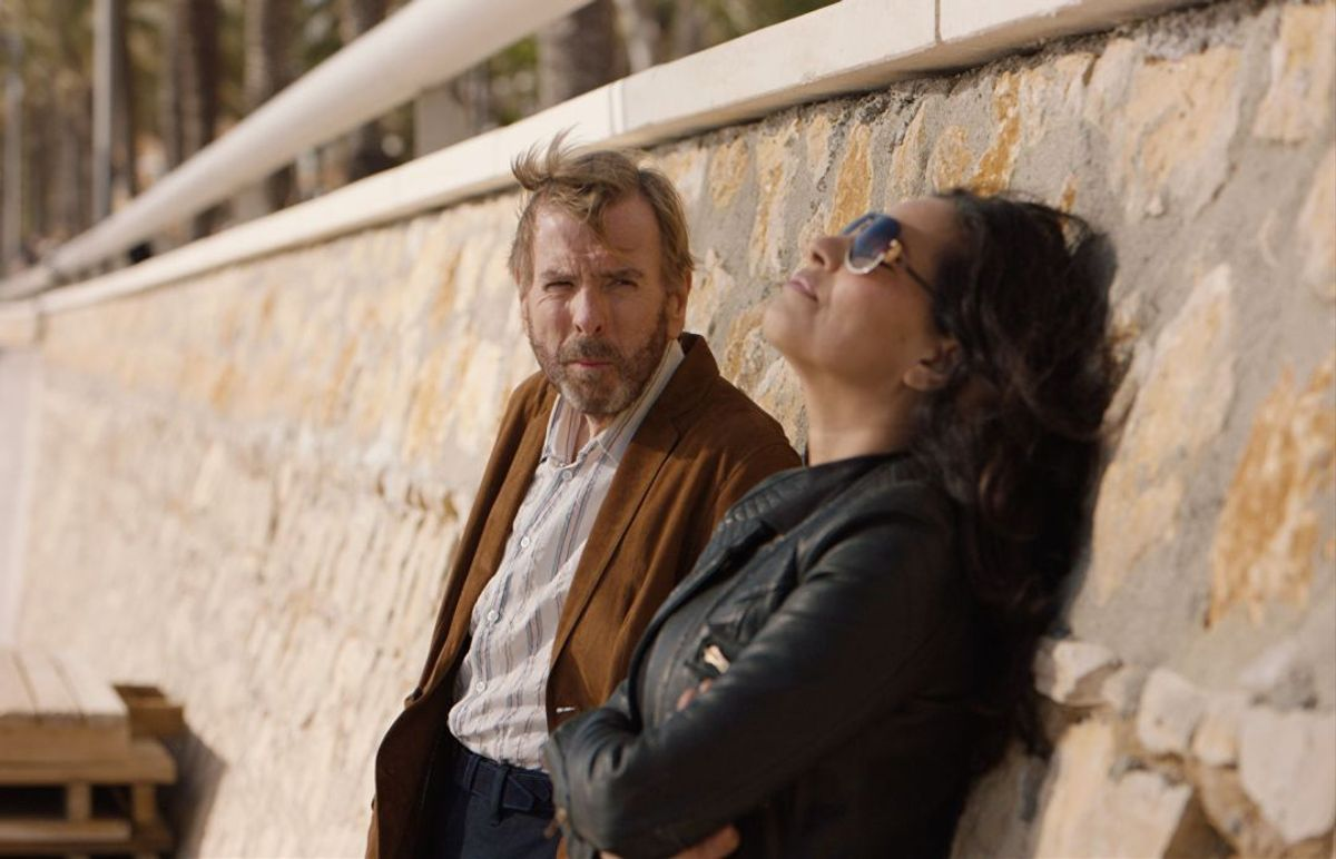 Timothy Spall y Sarita Choudhury, en 'Nieva en Benidorm'