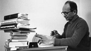 Eichmann, escribiendo cartas en su celda de la prisión israelí, en 1961.