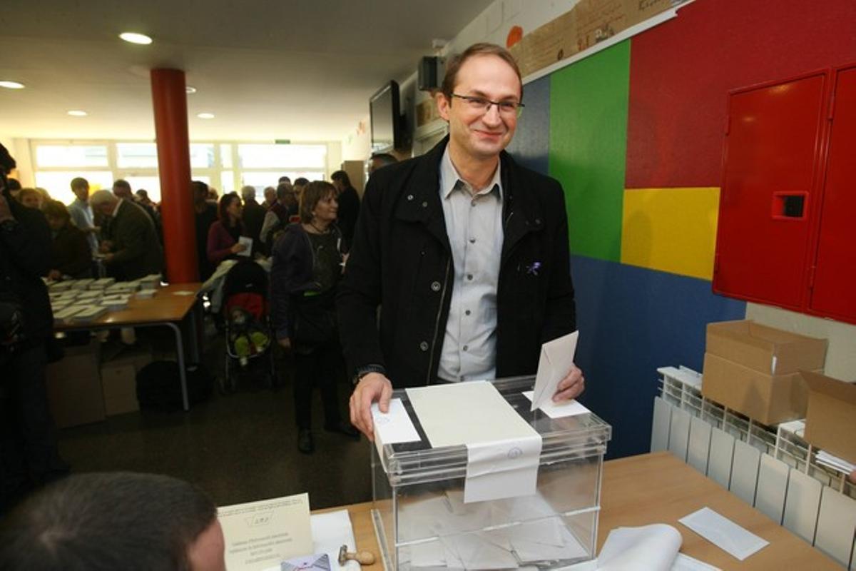 Joan Herrera, candidato de ICV, votando en su colegio electoral.
