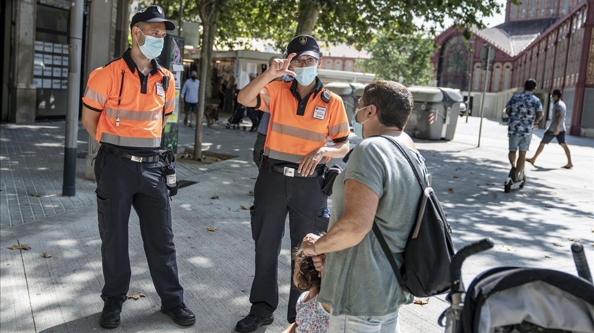 Agentes cívicos junto al Mercado de Sant Antoni.