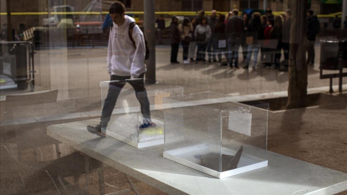 Urnas en un colegio electoral de Barcelona, en el 2019.