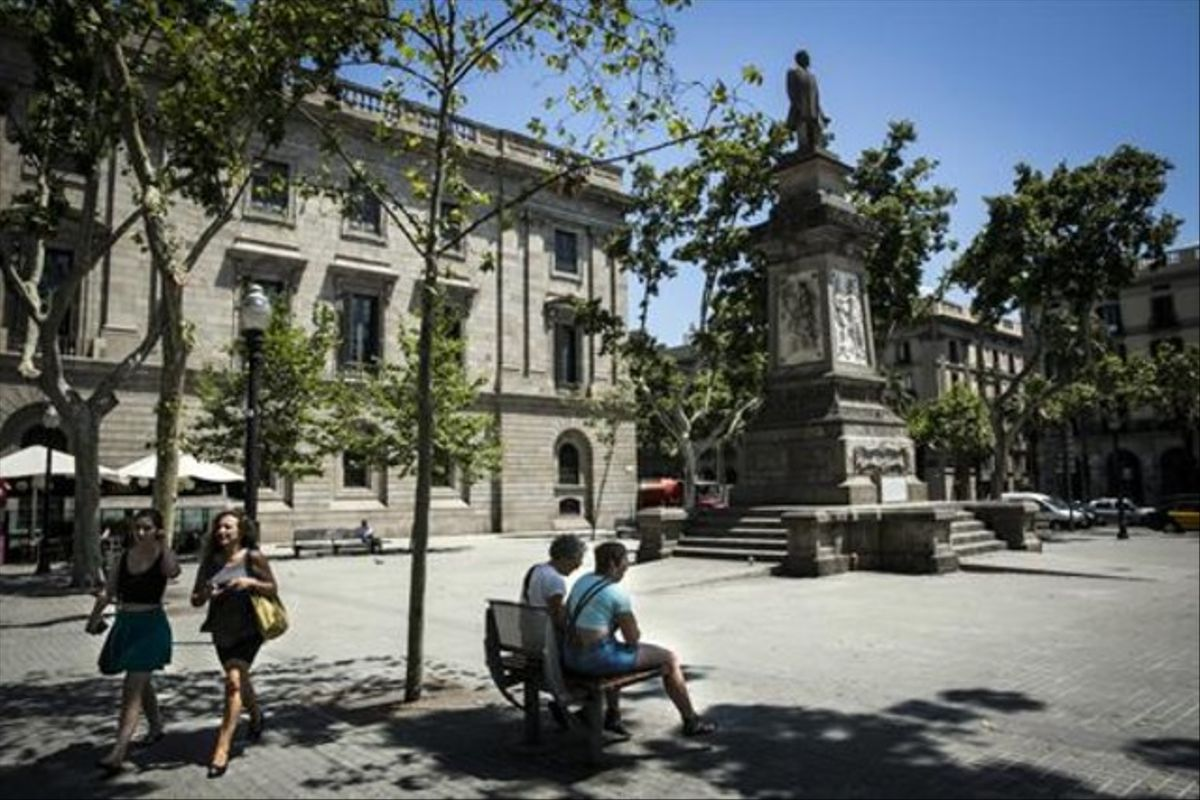 Estatua de Antonio López en la plaza que recibe su nombre.