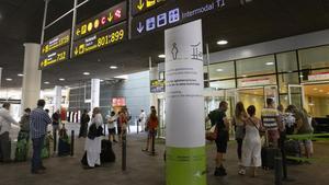 Zona de acceso a la T-1 para los viajeros que llegan al aparcamiento y donde los acompañantes se tienen que quedar.