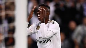 Vinicius se lamenta tras fallar una ocasión ante el Betis.