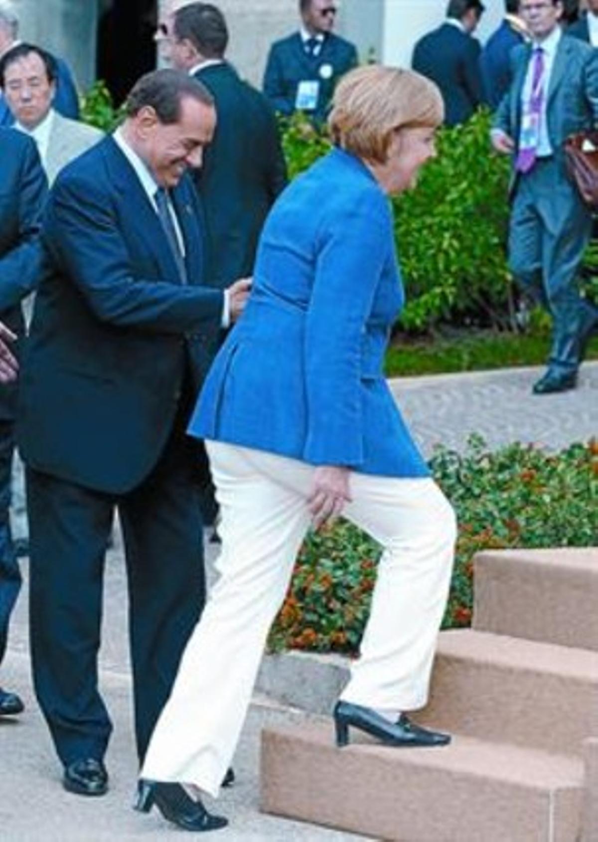 Berlusconi (izquierda) acompaña a Merkel en un acto oficial en el 2009.