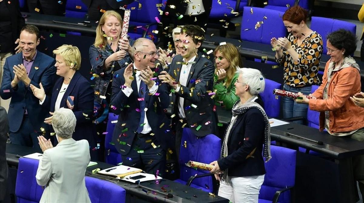 Diputados del Partido Verde celebran con confeti el resultado de la votación que legaliza el matrimonio homosexual, este viernes en Berlín.