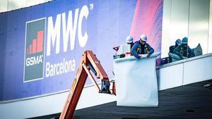 Trabajadores durante el montaje del Mobile World Congress del 2020, que finalmente no llegó a celebrarse por la pandemia del coronavirus.