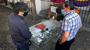 Carles Puigdemont y Quim Torra, junto a la tumba de Antonio Machado en Colliure, el pasado 22 de agosto.