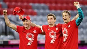 Lewandowski, Müller y Neuer celebran el título conquistado por el Bayern.