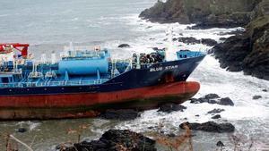 Un barco con productos químicos permanece encallado en el litoral de A Coruña.