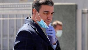 Pedro Sánchez, tras visitar la empresa Hersill, en Mostoles (Madrid), que fabrica respiradores, el 3 de abril.