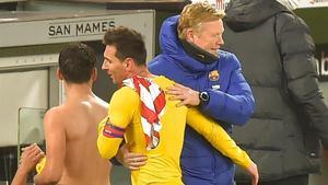 Koeman felicita a Messi tras el triunfo del Barça en San Mamés.