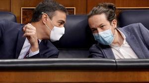 El presidente del Gobierno, el socialista Pedro Sánchez, junto a su vicepresidente segundo y líder de Podemos, Pablo Iglesias, en el Congreso, el pasado 22 de octubre.
