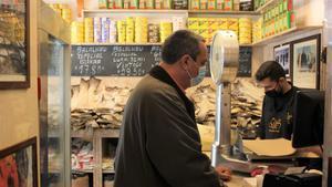 INTERNACIONAL Un cliente compra bacalao en Manteigaria Silva  en el centro de Lisboa  FOTO LUCAS FONT