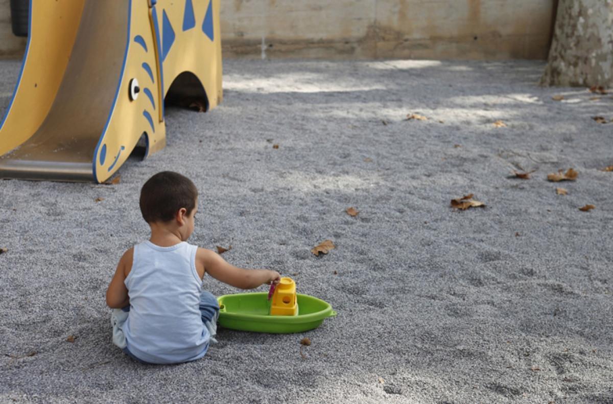 Un niño juega en un parque en una imagen de archivo.