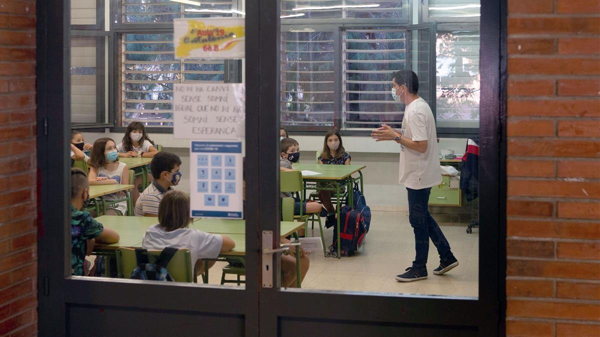 Profesor y alumnos de la Escola Catalònia de Barcelona, el pasado 14 de septiembre.