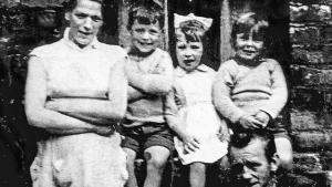 Jean McConville, con tres de sus 10 hijos, Robert, Helen, Archie, y su marido, Arthur.