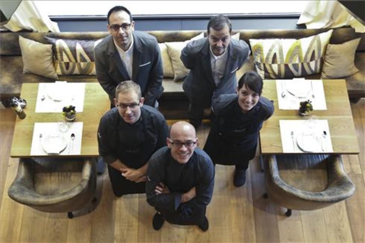 Marc Gascons, con el equipo del restaurante Informal. Danny Caminal
